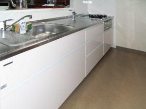 白で清潔なイメージのキッチンへ