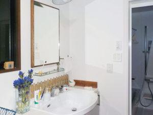 大きな鏡が印象的な洗面に