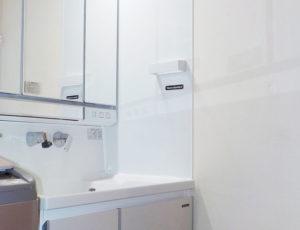 マグネットが付くホーロー製だからこそ便利な洗面台